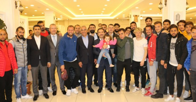 VALİ MANTI, 12 BİNGÖLSPOR FUTBOLCU VE YÖNETİCİLERİNİ AĞIRLADI