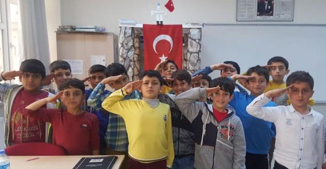 SÜT AMBALAJI İLE 'ŞEHİTLER ANITI'NI YAPTILAR!